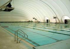 Cierran por daños la piscina cubierta que fabricó un hermano de Chaves