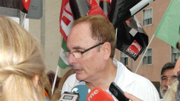 Pedro Calderón, del Sindicato Médico, durante la protesta en Jerez (J.P.)