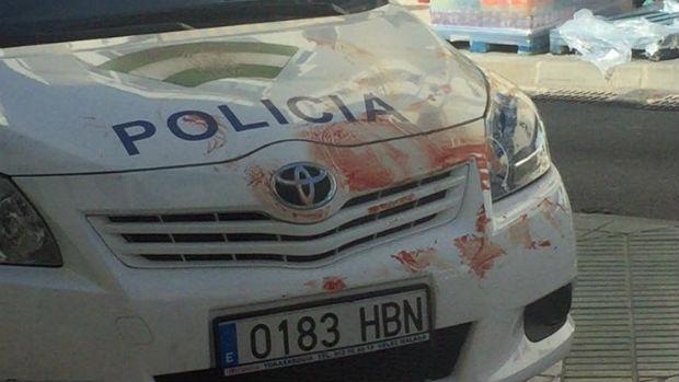 Restos de sangre de la víctima en un coche policial / ABC