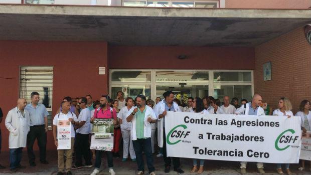 Protesta a las puertas del centro sanitario / ABC