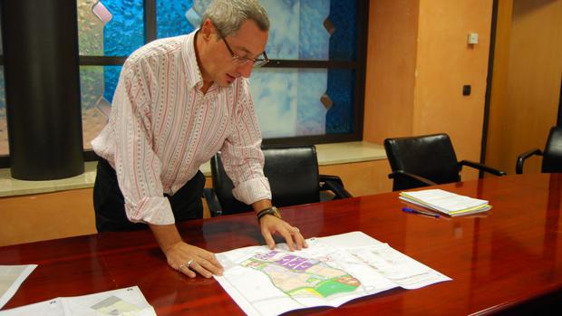 El portavoz municipal con el plano de la nueva parcela / L.M.