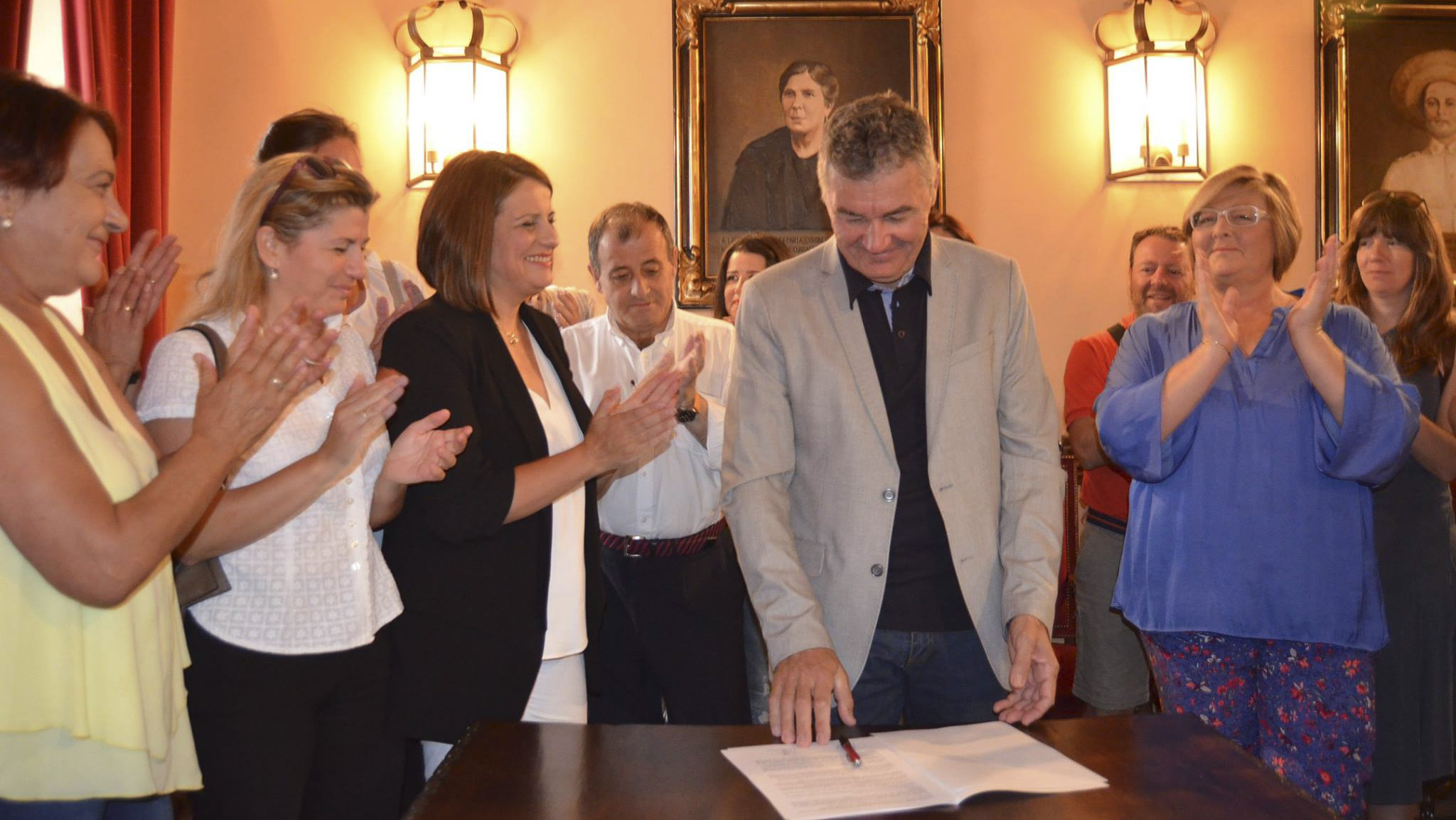 José María García, portavoz de MdC, es aplaudido por los militantes y concejales socialistas tras estampar su firma en el pacto de investidura.