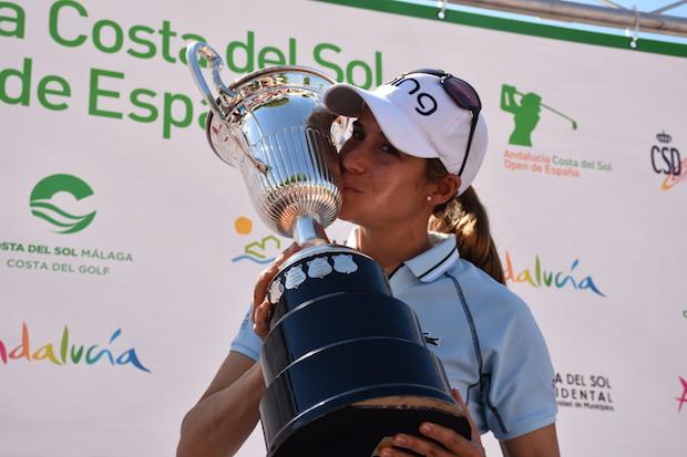 Azahara Muñoz con el trofeo de vencedora