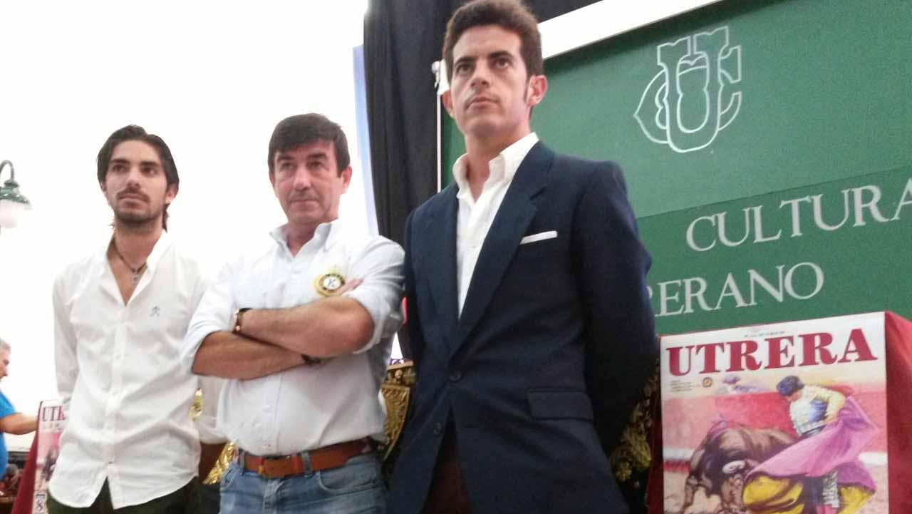 A la derecha de la imagen el torero utrerano Miguel Falcón