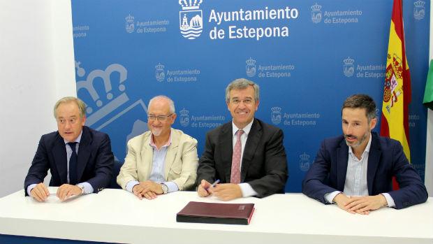 El alcalde de Estepona, José María García Urbano, durante la presentación de esta iniciativa / ABC