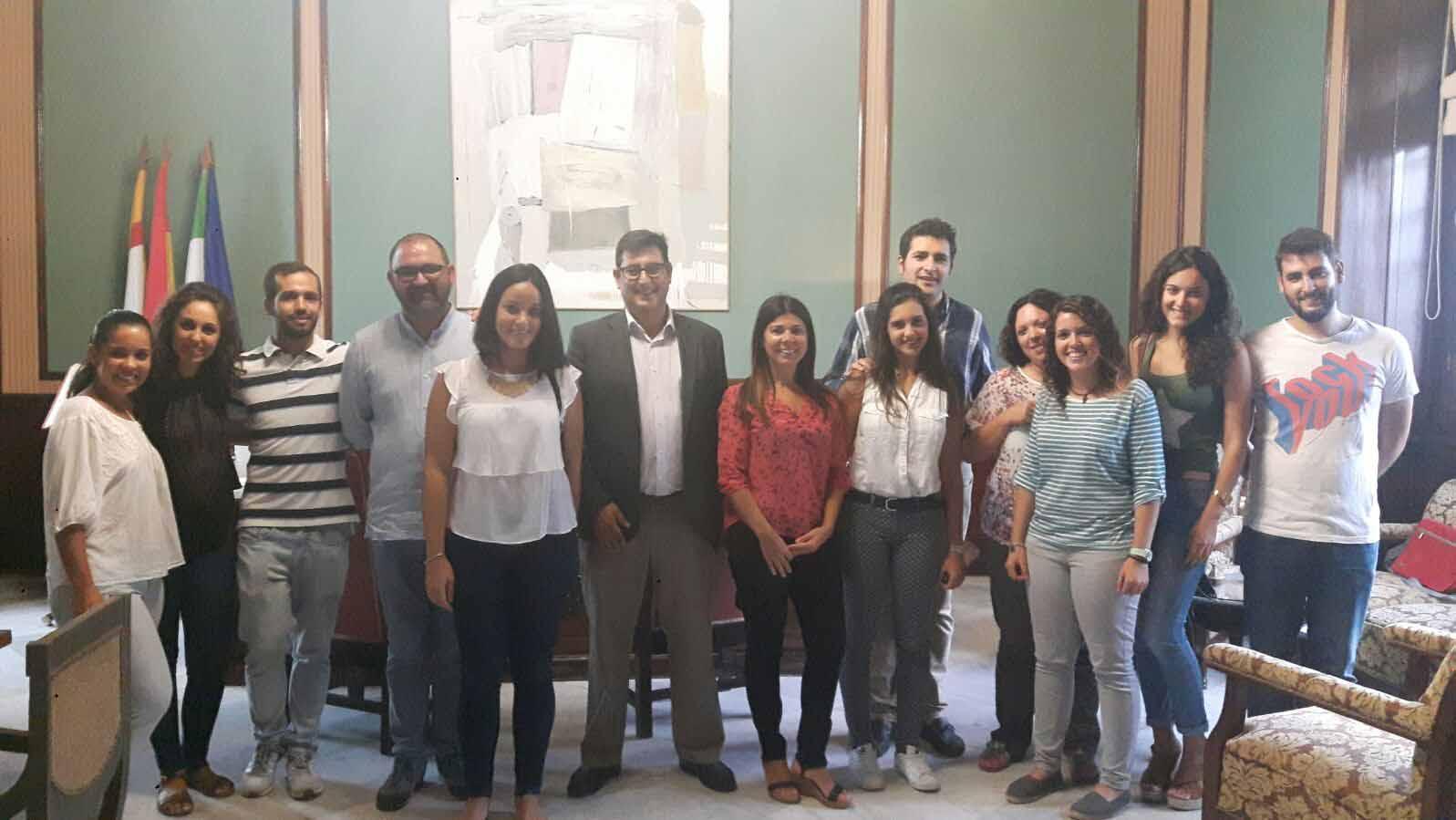 Los integrantes de Aldaba con el alcalde de Utrera
