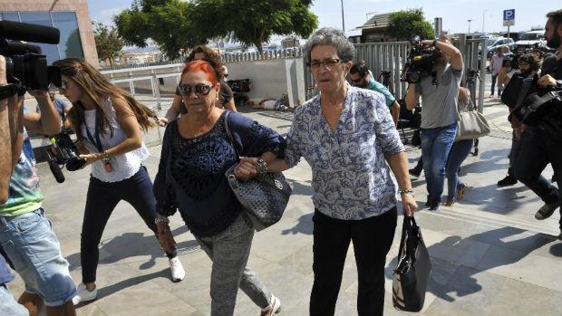 Antonia Guevara, a la derecha, entra en los juzgados malagueños / Francis Silva