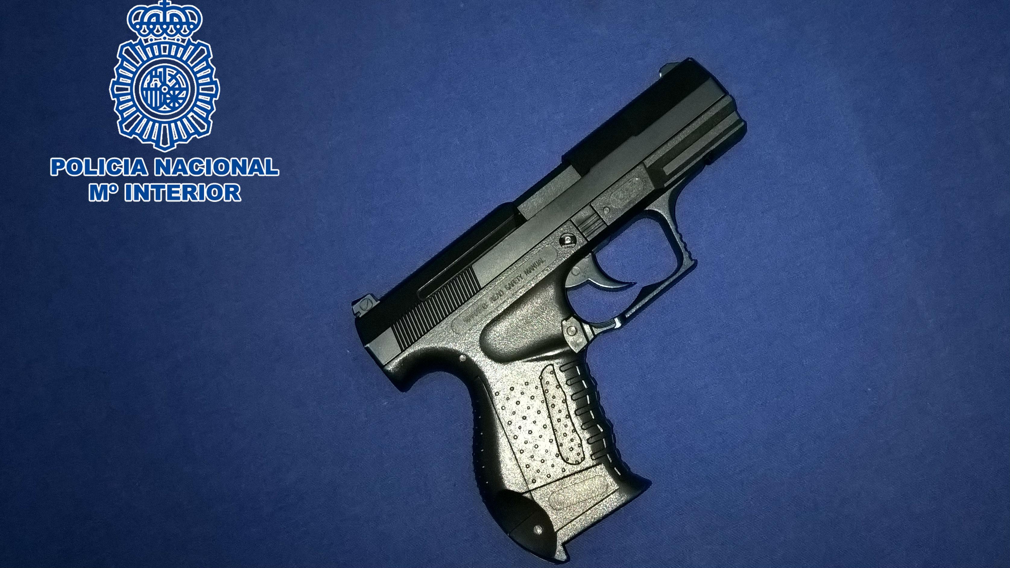 Arma de fuego simulada que los detenidos utilizaron en su robo con violencia