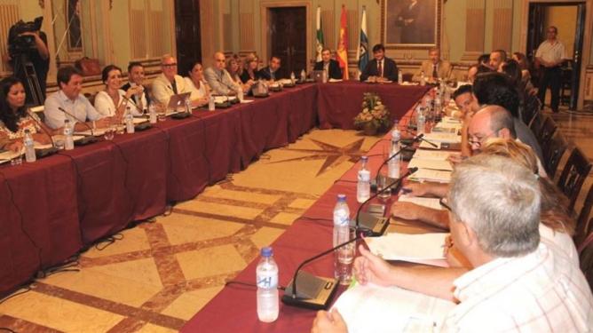 Los concejales del Ayuntamiento de Huelva en sesión plenaria