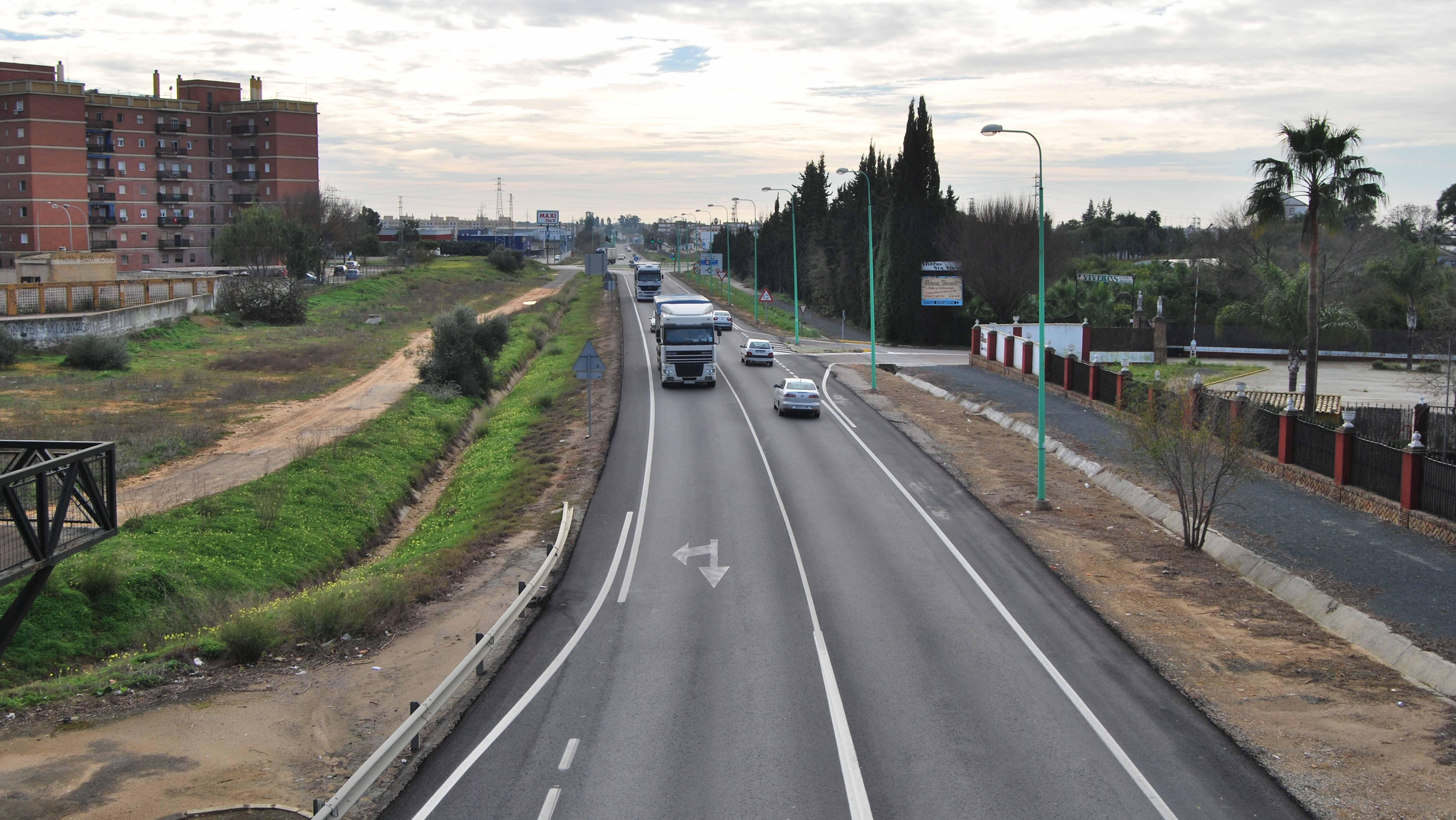 La carretera A-394 a su paso por la localidad de Utrera