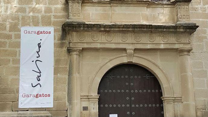 Cartel de la exposición de Joaquín Sabina atornillado al hospital de los honrados viejos.