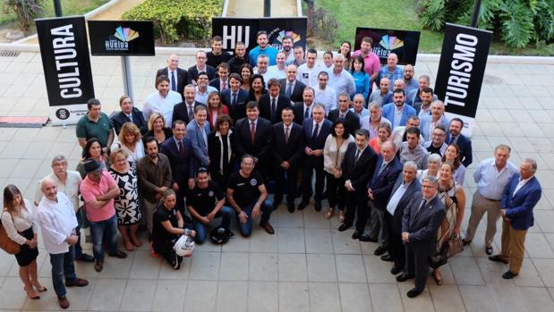 Representantes institucionales y empresariales en la presentación de la candidatura onubense