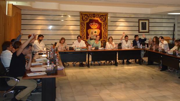 Los concejales del Ayuntamiento de Punta Umbría votando en la sesión plenaria