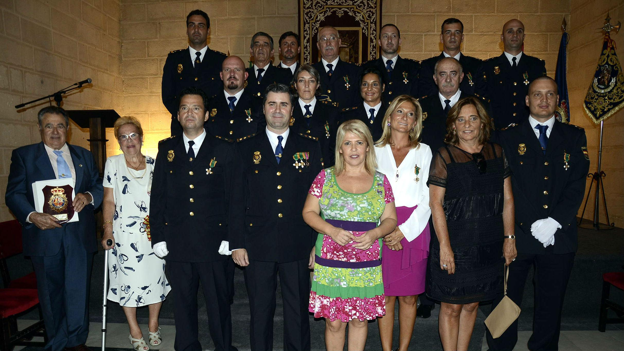 Foto de familia del Día de la Policía Nacional, con Serra Urribe y Mamen Sánchez