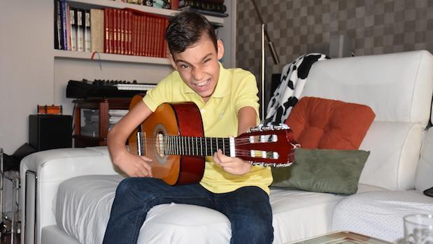 Adrián Martín toca la guitarra durante la entrevista