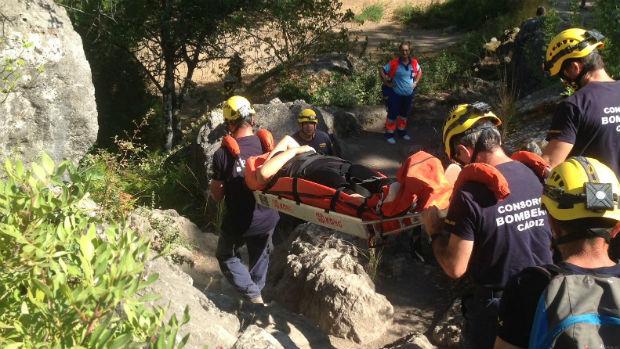 Bomberos socorren a una mujer hoy en Ubrique
