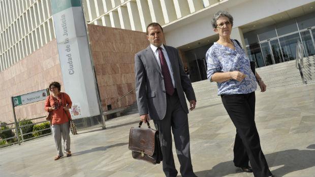 El abogado Alejandro García y la madre de David Guerrero, Antonia Guevara