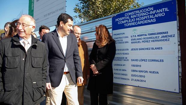 Dirigentes del PP, ante el cartel que anuncia el inicio de las obras en diciembre de 2010