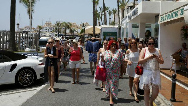 Turistas paseando por la zona de Puerto Banús