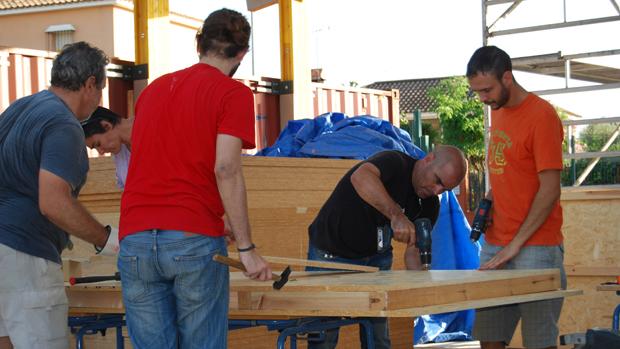 Santiago Cirugeda con voluntarios en la obra
