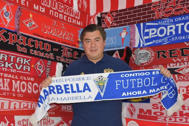 Alexander Grinberg con la bufanda del Marbella, delante de la colección de las de su amado Spartak de Moscú