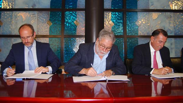 Firma del acuerdo para la permuta de suelos