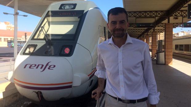 Maíllo, en la Estación Intermodal de Almería, minutos antes de coger el tren
