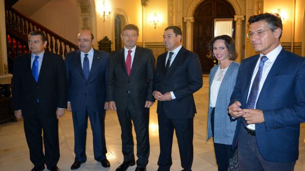 El ministro Catalá, acompañado por el delegado Antonio Sanz, Sebastián Pérez, Moreno Bonilla, Rocío Díaz y Luis Salvador, antes de la reunión