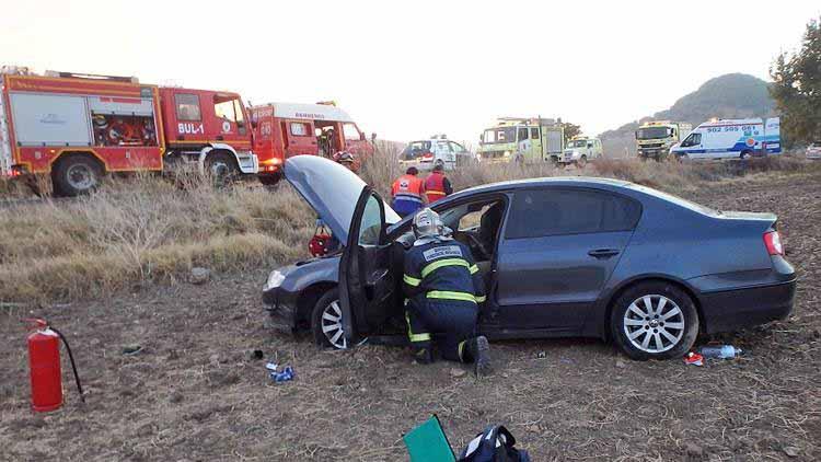 El coche dio varias vueltas de campana y vueltas laterales