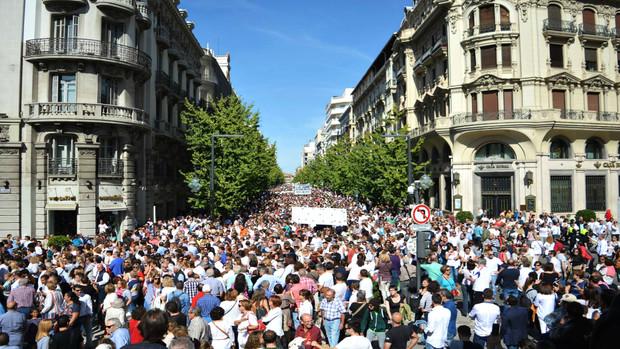 Hasta 80.000 personas asistieron a la histórica manifestación contra la fusión hospitalaria en Granada.