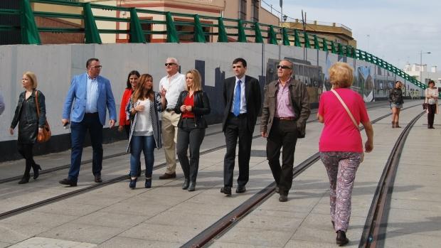 Verónica Pérez visitó las obras del tranvía de Alcalá acompañada de la alcaldesa Ana Isabel Jiménez