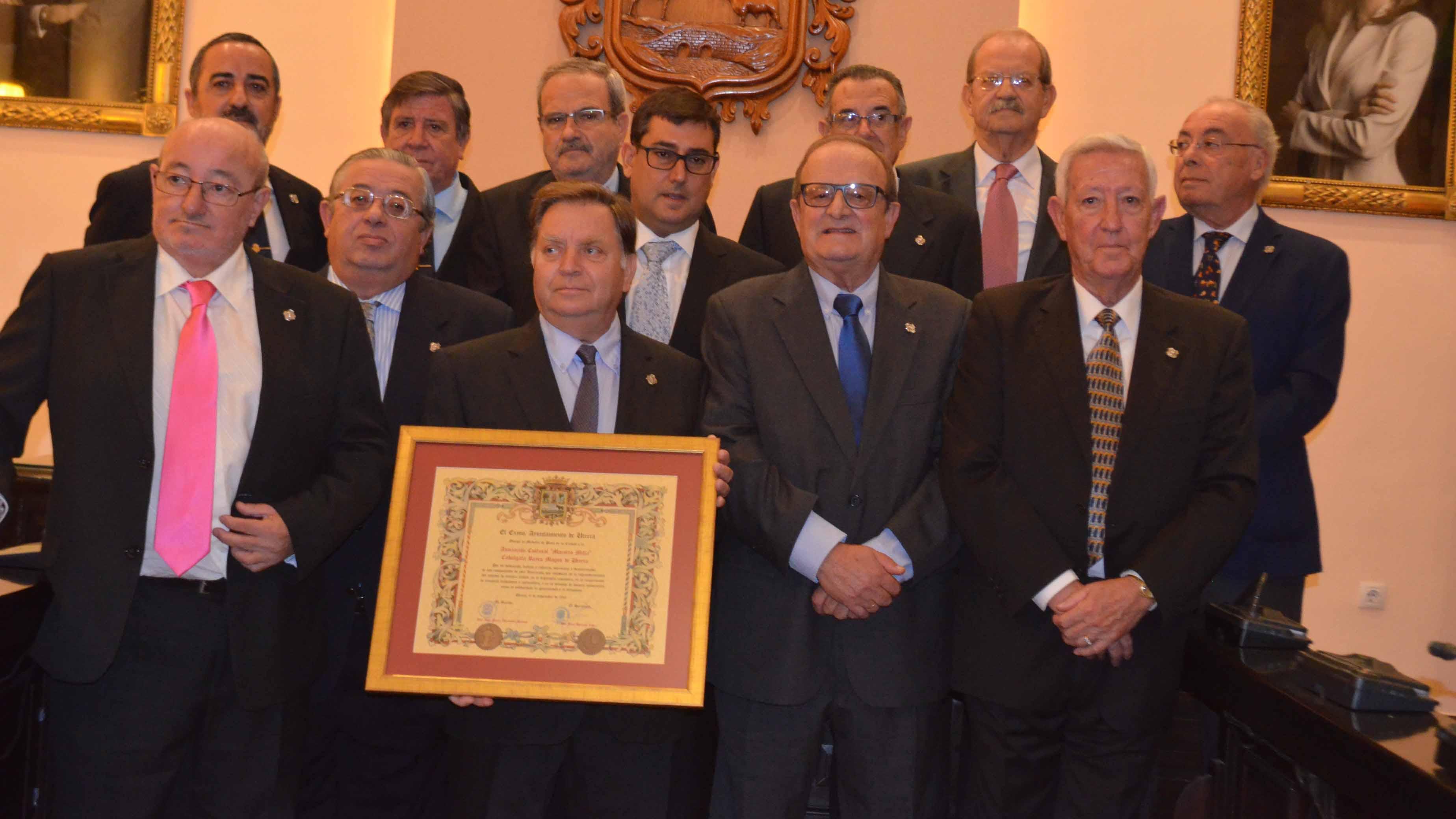 Los miembros de la asociación con su distinción