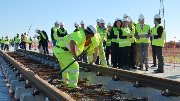 El consejero de Fomento, Felipe López y la alcaldesa de Alcalá, Ana Isabel Jiménez han visitado las obras del tranvía este lunes