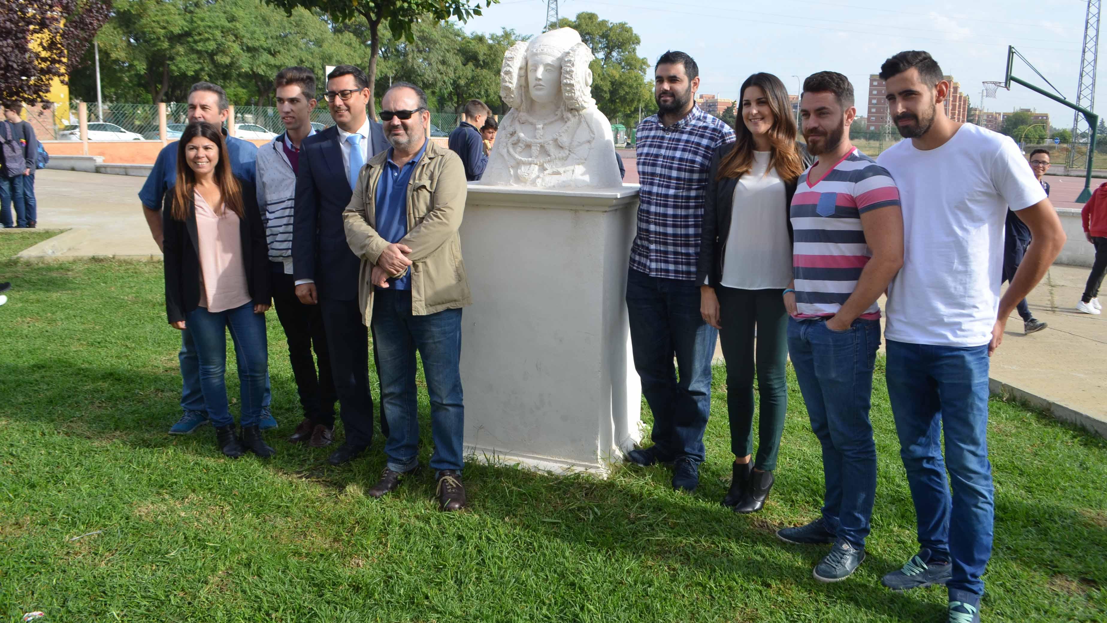 Los alumnos y profesores con la réplica de la Dama de Elche