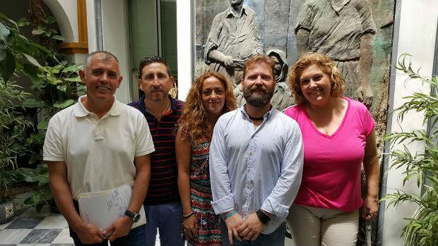 Mario Jiménez, a la izquierda, junto a sus compañeros de Compromiso Manilva, es el nuevo alcalde