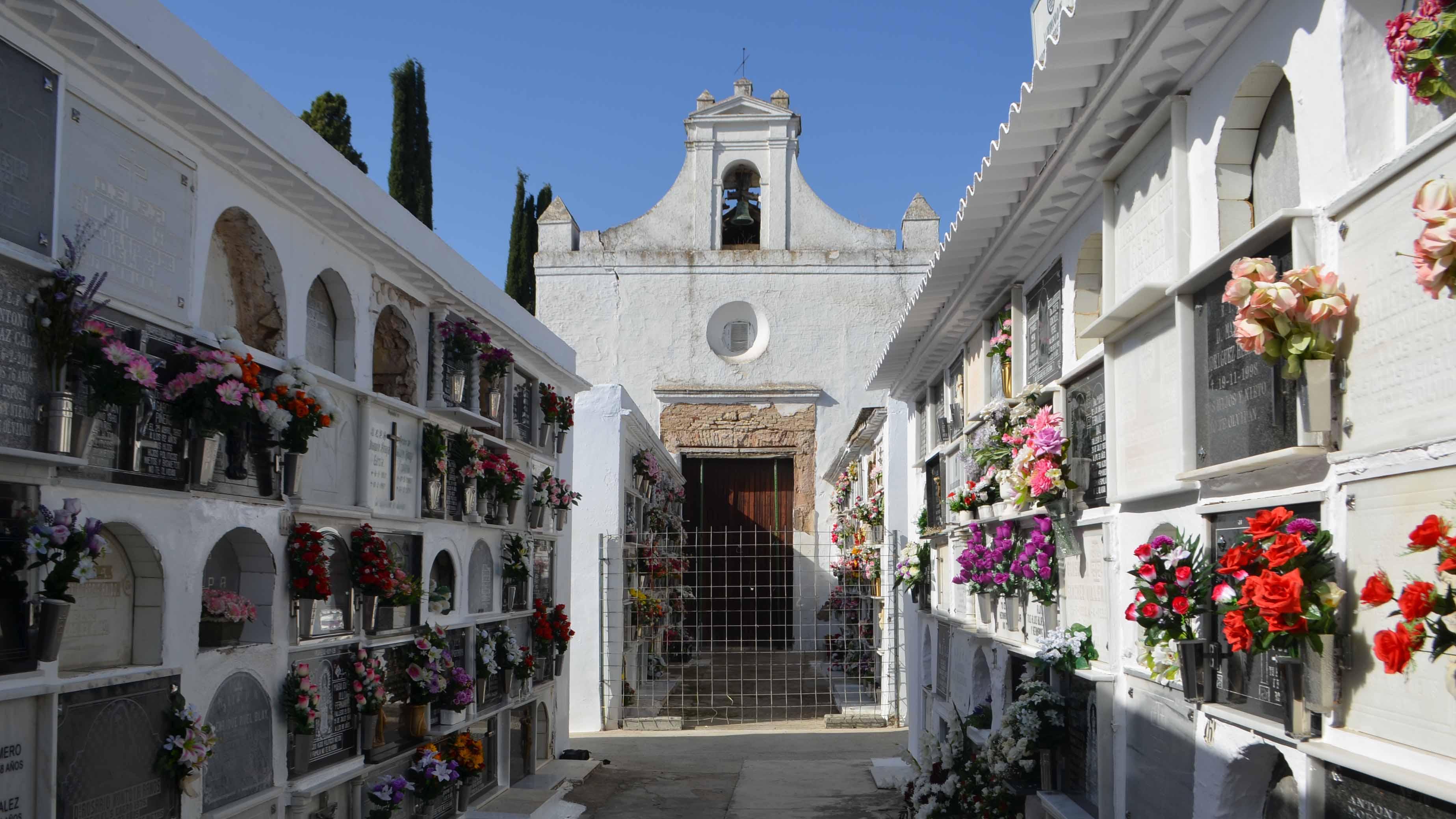 Una valla impide el acceso a los enterramientos más próximos a la capilla/ A.F.