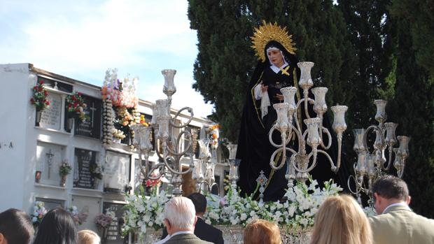 Virgen de la Paz en el cementerio