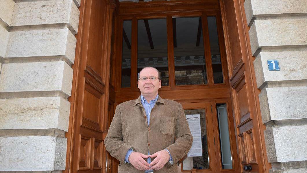Javier Márquez, alcalde de Jaén, junto al Ayuntamiento de la ciudad.