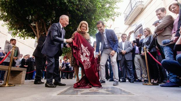 Catherine Deneuve descubre su «lucero» en el Paseo de la Fama de Almería