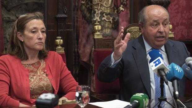 La exconcejal de Urbanismo, Isabel Nieto, junto al exalcalde de Granada, José Torres Hurtado
