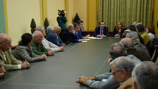 Reunión celebrada ayer entre los médicos y dirigentes provinciales de la Junta
