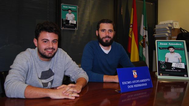 Juan Amodeo acompañado por el delegado de Juventud