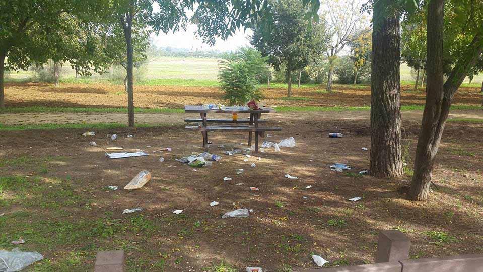 Suciedad en las instalaciones del parque de Vistalegre de Utrera