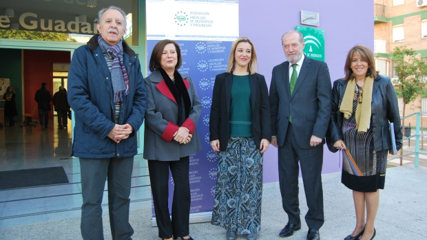 La consejera ha visitado Alcalá acompañada por el presidente de la FAMP, Rodríguez Villalobos