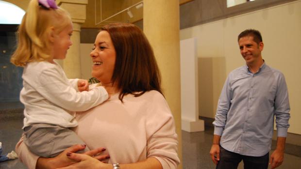 La pequeña Irene con sus padres