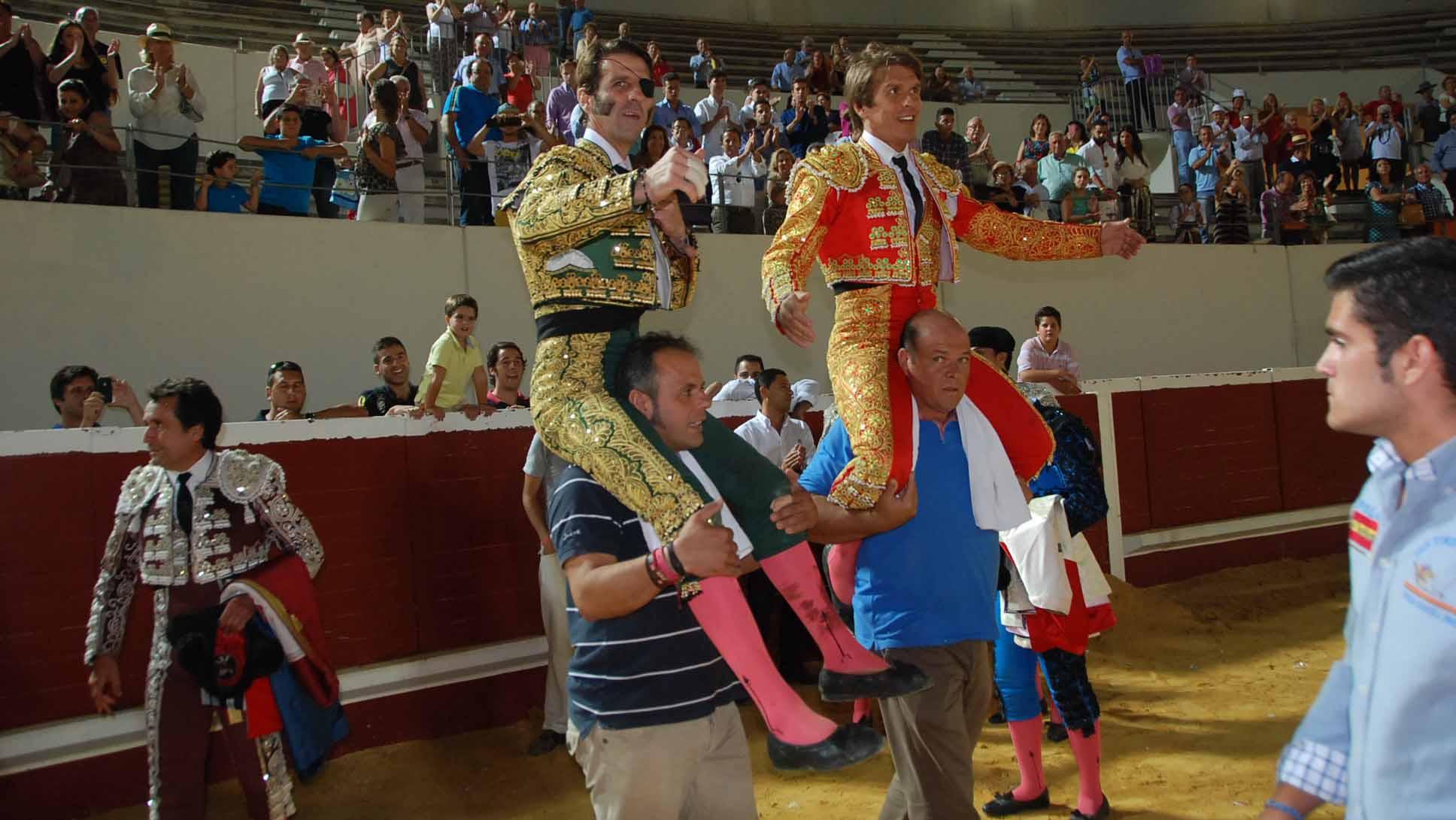 Padilla y El Cordobés saliendo a hombros de la plaza de toros de Utrera