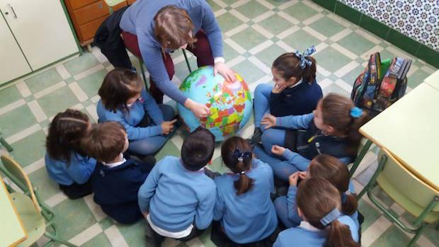 Los niños realizan tareas para conocer mejor la realidad del mundo