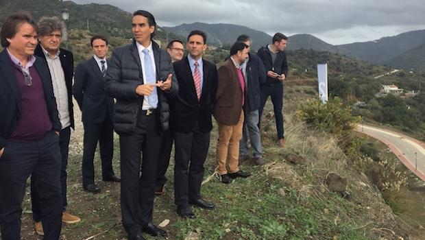 Matías Villarroel, arquitecto y promotor, explica el proyecto sobre el terreno