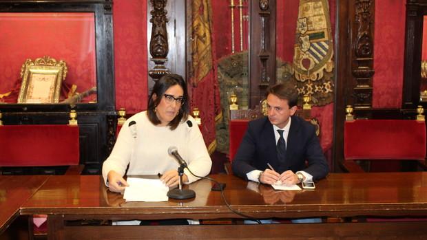 Los concejales populares, María Francés y Juan Antonio Fuentes, durante la rueda de prensa.