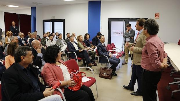 El alcalde y el delegado de empleo durante un acto en Mairena